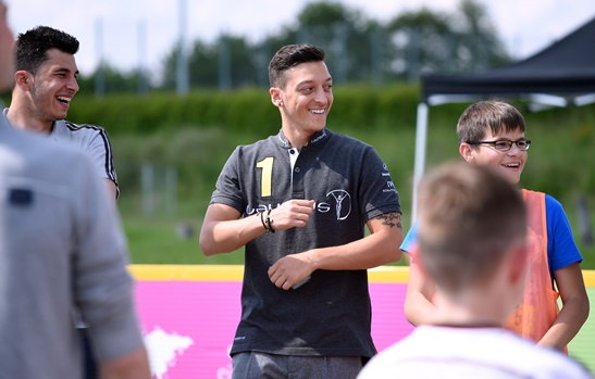Der Nationalspieler Mesut Oezil ist neuer Laureus Botschafter. Hier besucht der Nationalspieler das Projekt KICKFAIR in Stuttgart und beteiligt sich an Spielen mit den Kindern und Jugendlichen, Stuttgart, 06.06.2016 -- Mesut Oezil is new Brand Ambassador of Mercedes-Benz, Stuttgart, Germany, June 06, 2016.